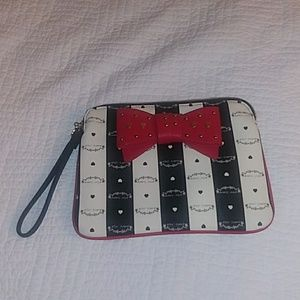 Oversized wristlet pouch